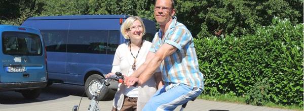 Jörg Elsner mit seinem neuen therapeutischen Dreirad