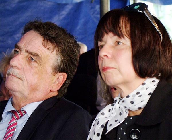 Das Bild zeigt links den Schirmherren Herrn Minister Michael Groschek und rechts Frau Margit Benemann