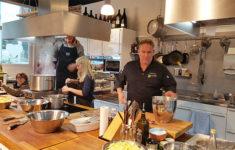 """Mitarbeiter der Kita Robbeninsel kochen in der Kochschule """"lecker werden"""""""