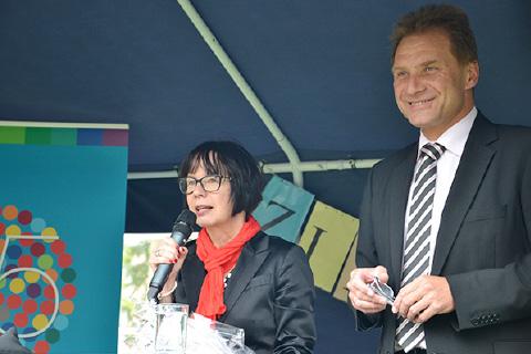 45 jähriges Bestehen von Promobil Margit Benemann mit Norbert Feith, Oberbürgermeister Solingen