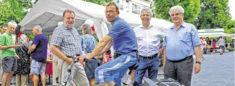 Jörg Elsner im Kreise von anderen Personen beim Mieterfest