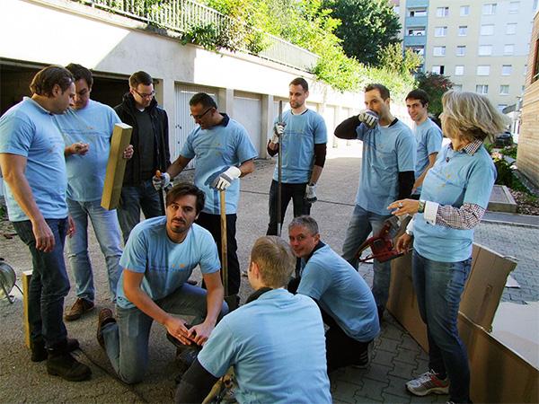 RWE-Mitarbeiter verschönern Dachterasse des Wohnhauses Am Kostenberg
