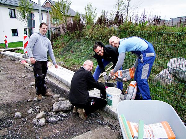 RWE-Mitarbeiter gärtnern in der Kindertagesstätte Kleine Robbeninsel