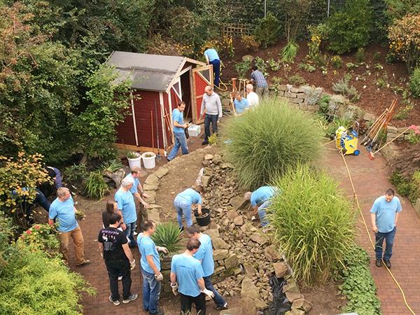 RWE Mitarbeiter gärtnern in der Wohngruppe von Pro Mobil