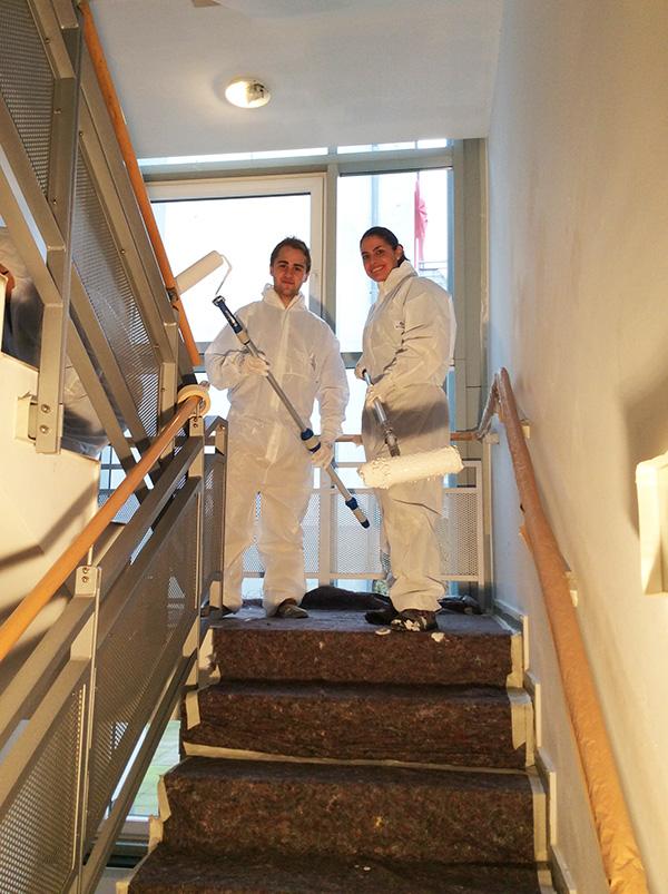 RWE-Mitarbeiter helfen beim Renovieren des Treppenhauses von Pro Mobil