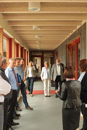 GF Frau Margit Benemann führt die Gäste durch den neuen Anbau