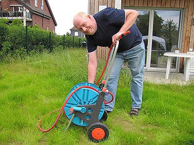 Ludwig Knoth bei der Gartenarbeit