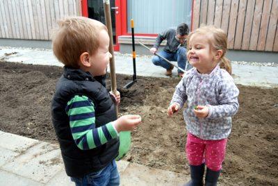 Ein Junge und ein Mädchen die Spaß haben